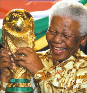 nelson-mandela-with-nobel-peace-prize